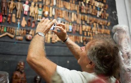2017 08 01 Sim Jean Michael Bouhours Visita colecao arte popular Carlos Algusto Lira 440x281 - Jean-Michel Bouhours encontra a arte popular no Recife