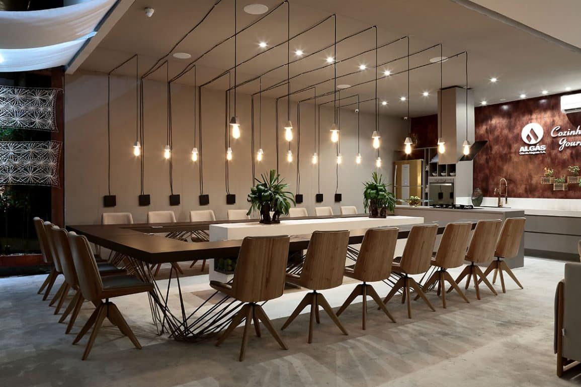 espaço com mesa de cadeiras decorativas