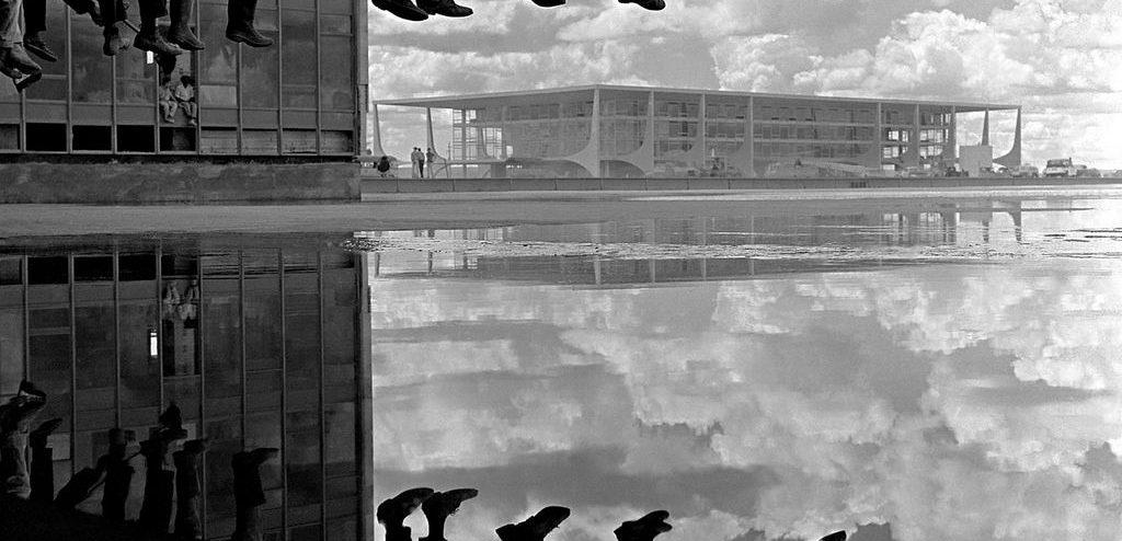 Pé Ante pé 1960 Se´rie Brasi´lia Alberto Ferreira 1024x494 - Fotografias inéditas de Alberto Ferreira em exposição na Galeria Lume