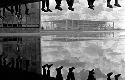 Pé Ante pé 1960 Se´rie Brasi´lia Alberto Ferreira 440x281 - Fotografias inéditas de Alberto Ferreira em exposição na Galeria Lume