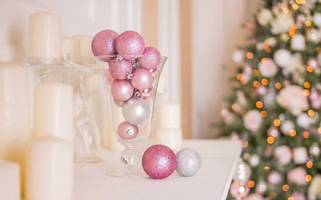 2 Bolas de Natal Yulia YasPe Shutterstock.com  1024x640 - Anote as dicas para renovar a casa para as festas de fim de ano