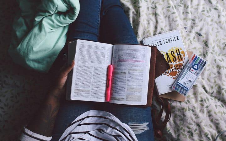 leitura   jazmin quaynor  unsplash.com 720 - Organização da casa: Veja 8 livros inspiradores