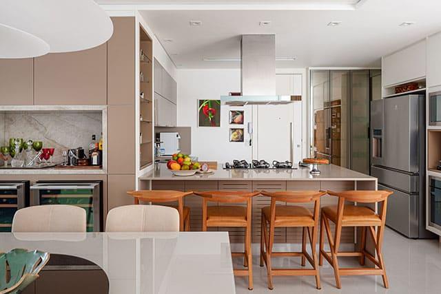 revistaSIM Arquitetura Apartamento no Rio de Janeiro Cozinha Credito Dhani Borges - Apto de 200m² apostou na integração dos espaços com a cozinha