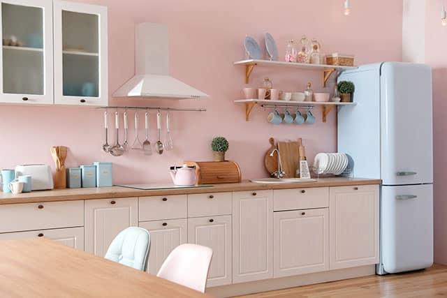 revistaSIM Arquitetura Cozinhas coloridas Cozinha colorida rosa Foto New Africa Shutterstock - Confira as dicas de arquitetura e aposte nas cozinhas coloridas