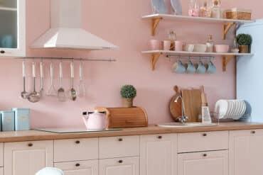 revistaSIM Arquitetura Cozinhas coloridas DESTAQUE Foto New Africa Shutterstock 370x247 - Saiba o que deve ter uma casa para todos os momentos da vida