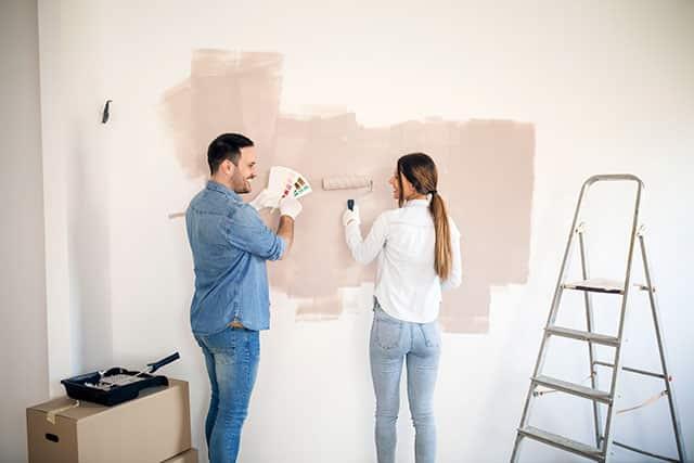revistaSIM Cor Decor Pintando parede Credito Jelena Zelen Shutterstock - Saiba tudo sobre o uso das cores nos ambientes e os seus significados