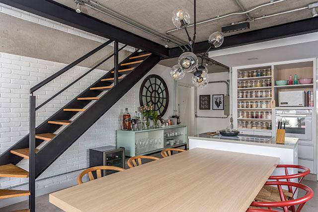 revistaSIM Arquitetura Vao de escada Bar 3 Credito JP Image 1 - Saiba como aproveitar o vão embaixo da escada