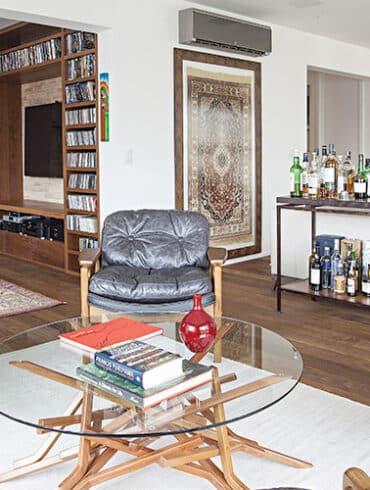 revistaSIM Decoracao Cadeiras de design em casa Destaque Credito Gui Morelli 370x490 - Saiba como aproveitar o vão embaixo da escada