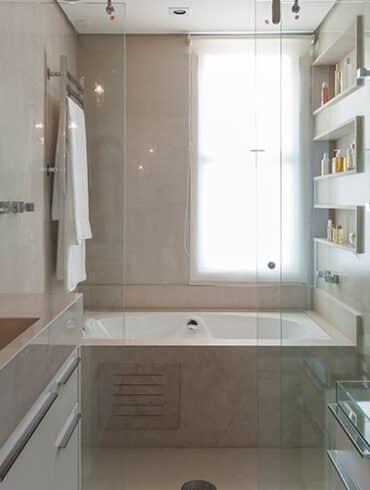 revistaSIM Arquitetura Banheiros DESTAQUE Credito Carlos Piratininga 370x490 - Confira a reforma do apto AMRA7, que fica no coração de São Paulo