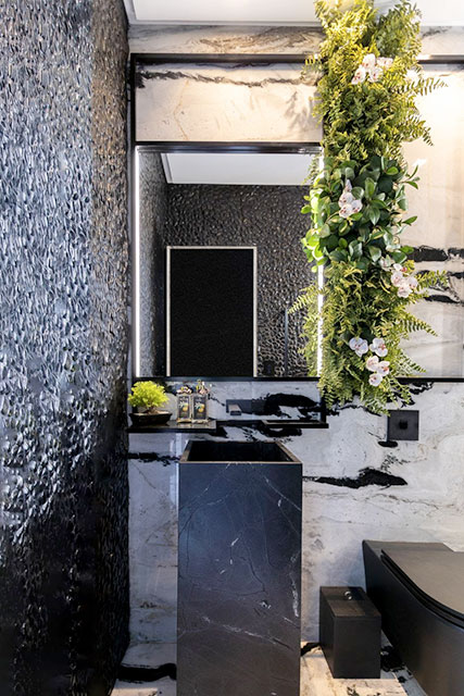 revistaSIM Arquitetura Banheiros Preto com jardim vertical 2 Divulgacao - Confira as dicas de projetos de banheiros para você não errar
