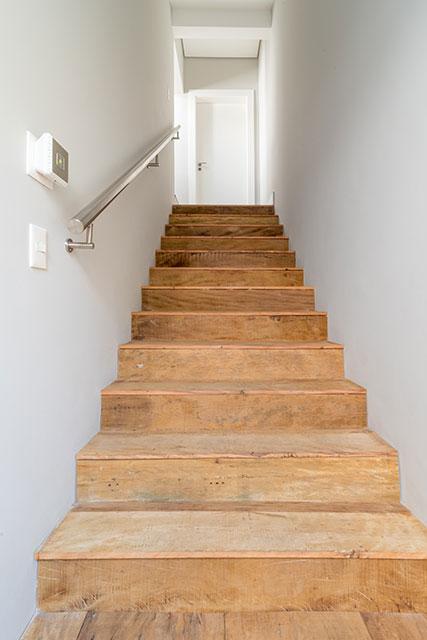 revistaSIM Arquitetura Madeira de demolicao Escada Credito Julia Herman - Saiba como utilizar a madeira de demolição nos ambientes do lar