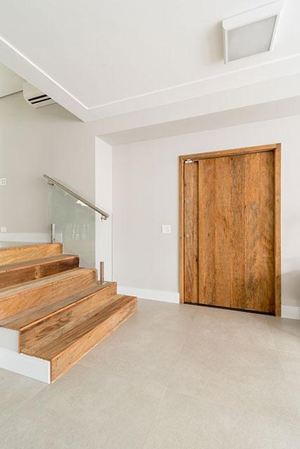 revistaSIM Arquitetura Madeira de demolicao Porta e degraus Credito Julia Herman - Saiba como utilizar a madeira de demolição nos ambientes do lar