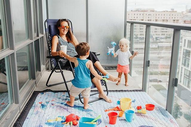 revistaSIM Decoracao Varanda adaptada para os pequenos Brinquedos Credito anoushkatoronto AdobeStock - Dicas para montar uma varanda para as crianças aproveitarem