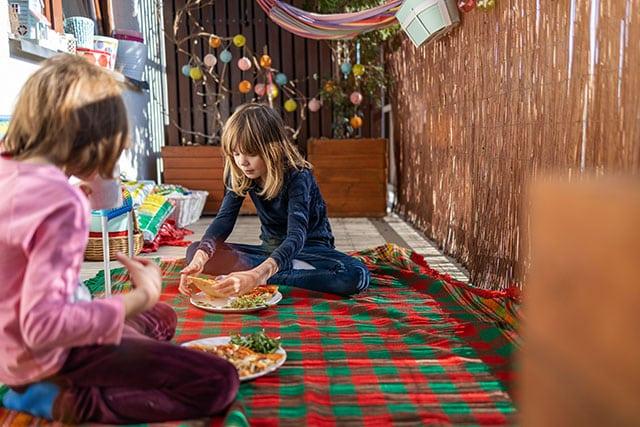 revistaSIM Decoracao Varanda adaptada para os pequenos PiqueNique Credito pikselstock AdobeStock - Dicas para montar uma varanda para as crianças aproveitarem