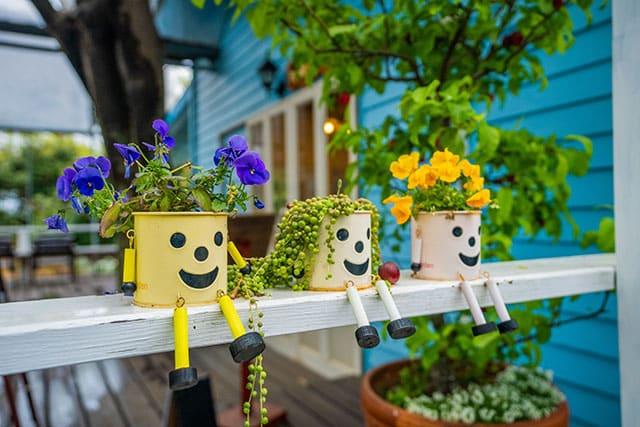 revistaSIM Decoracao Varanda adaptada para os pequenos Vasos de plantas Credito zmkstudio AdobeStock - Dicas para montar uma varanda para as crianças aproveitarem
